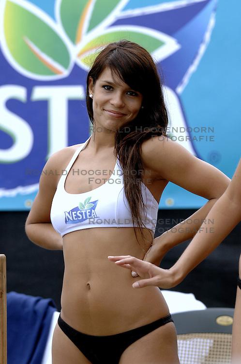 25-08-2006: VOLLEYBAL: NESTEA EUROPEAN CHAMPIONSHIP BEACHVOLLEYBALL: SCHEVENINGEN<br /> Showgirls<br /> ©2006-WWW.FOTOHOOGENDOORN.NL