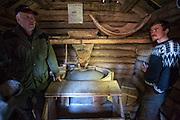 John O. Evjen viser fram mølla fra 1820 med kvernsteiner.