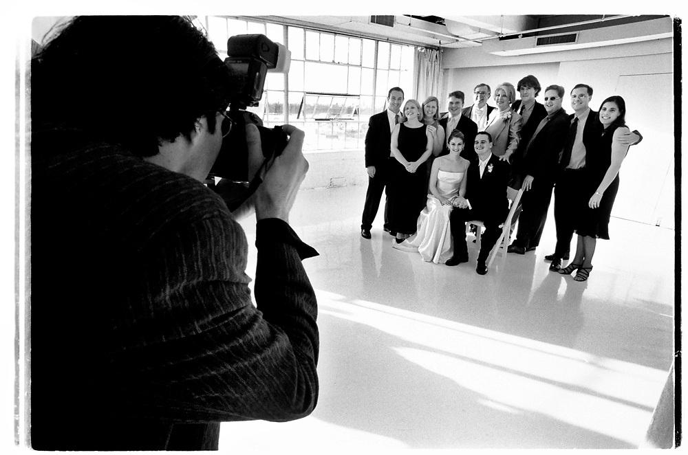 Den inhyrde fotografen får mycket att göra när de otaliga gruppbilderna ska tas. Ett tjugotal olika konstellationer av släkt och vänner ska avverkas....Joby Harold and Tory Tunnell's wedding in New York City..Photographer: Chris Maluszynski /MOMENT
