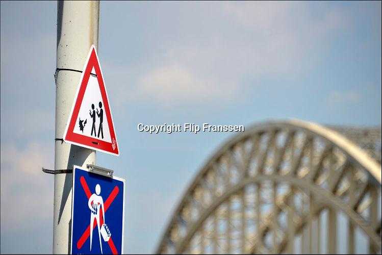 Nederland, the netherlands, Nijmegen, 18-7-2016Waarschuwingsbord bij de zomerfeesten, vierdaagsefeesten, tegen overstekende kinderen, mensen, voetgangers, die pokemon aan het spelen zijn . Het reality spel is ongekend populair, het is een ware hype onder vooral jongeren, en heeft her en der al tot gevaarlijke situaties geleid .Foto: Flip Franssen