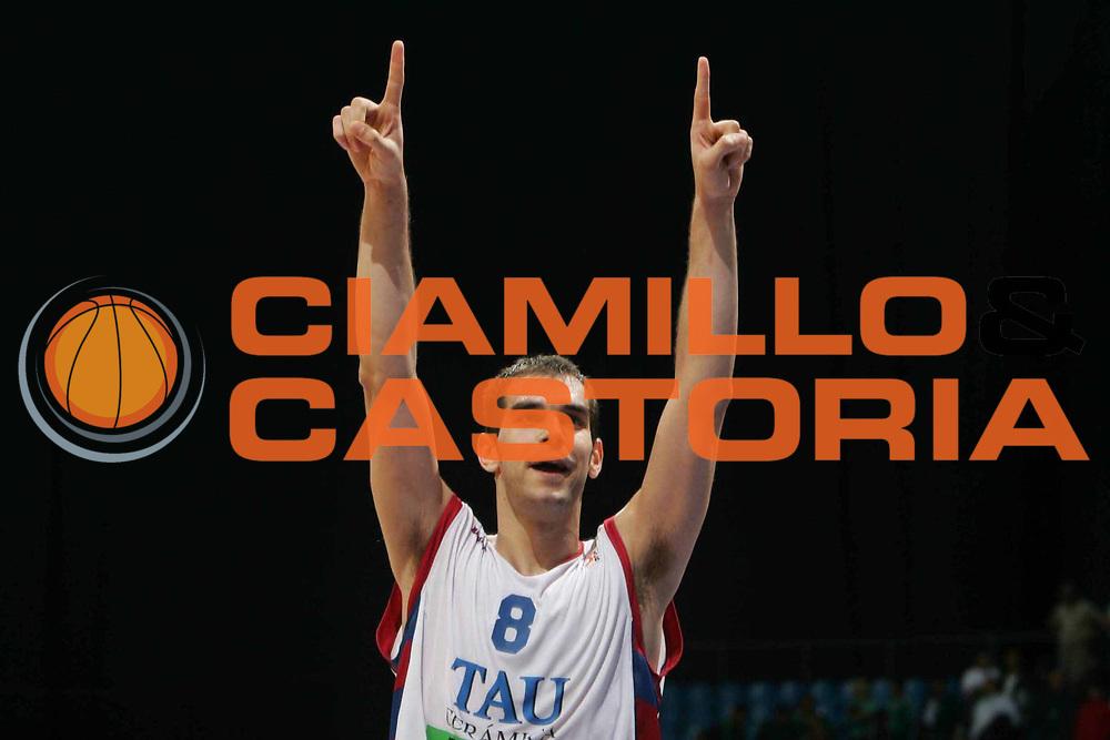DESCRIZIONE : MOSCOW FINAL FOUR EUROLEAGUE 2005<br />GIOCATORE :  CALDERON<br />SQUADRA : TAU VITORIA<br />EVENTO : FINAL FOUR EUROLEAGUE 2005<br />GARA : CSKA MOSCOW MOSCA-TAU VITORIA<br />DATA : 06/05/2005 <br />CATEGORIA : Esultanza<br />SPORT : Pallacanestro <br />AUTORE : Agenzia Ciamillo-Castoria