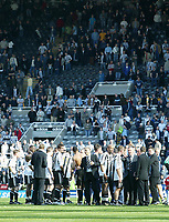Photo. Andrew Unwin, Digitalsport<br /> Newcastle United v Chelsea, Barclays Premiership, St James' Park, Newcastle upon Tyne 15/05/2005.<br /> After a less than successful season for Newcastle the team take their applause from the crowd that remains in the centre circle.