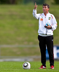 21.05.2010, Dolomitenstadion, Lienz, AUT, WM Vorbereitung, Kamerun Training im Bild Yves Colleu, Co-Trainer, Nationalteam Kamerun, FRA zeigt mit Finger nach oben, EXPA Pictures © 2010, PhotoCredit: EXPA/ J. Feichter / SPORTIDA PHOTO AGENCY
