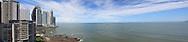 Vista Panorámica de la orilla  Ciudad de Panamá y el mar a un costado.