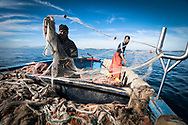 pescatori gettano le reti da pesca nel golfo di Napoli;<br />