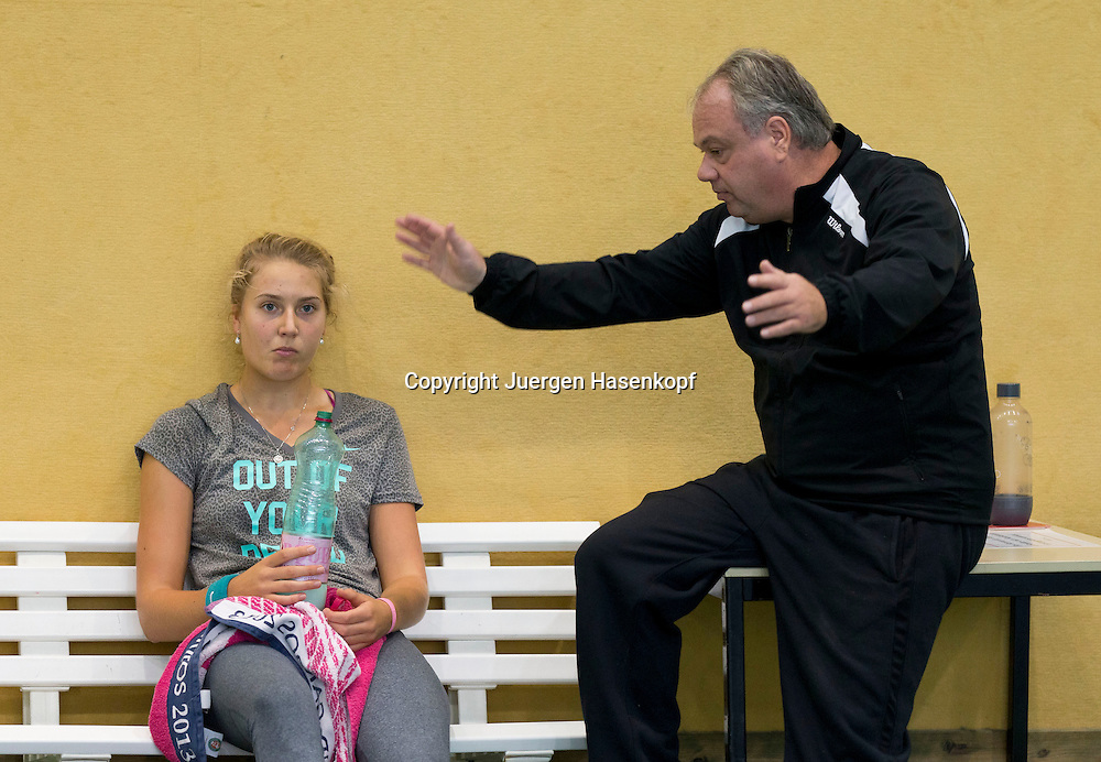 European Tennis Base (ETB) in Hallein Naehe Salzburg, Tennis Training fuer Profi Spieler, Trainer  Ulf Fischer spricht mit Spielerin Antonia Lottner (GER) waehrend der Trainingspause, Gestik,<br /> Halbkoerper,Querformat,