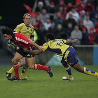 Munsters Doug Howlett makes a charge past Napolioni Nalaga of Clermont Auvergne in thier meeting in the Heineken Cup game in Thomand Park on Saturday.<br /> Pic. Brian Arthur/ Press 22