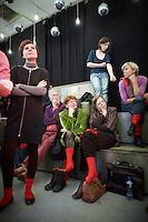 """Nederland.  Utrecht, 5 november 2011 <br /> Linkse Vernieuwing. Tijdens de bijeenkomst worden er rode sokken uitgedeeld met de oproep om een maal per week rood te dragen, socialisme. Leden van zes PvdA-afdelingen starten een traject om de Nederlandse progressieve beweging van nieuwe ideeën en energie te voorzien. """"De komende jaren worden ingrijpende besluiten genomen over bezuinigingen, onze economie, de Europese Unie en de integratie, en juist daarom is er grote maatschappelijke behoefte aan een modern en sterk progressief alternatief"""" staat in een gemeenschappelijke verklaring van voorzitters en leden van de afdelingen Groningen, Eindhoven, Nijmegen, Maastricht, Enschede en Utrecht. Iedereen die links georiënteerd is, is welkom om op grote bijeenkomsten op zaterdag 5 november te praten over hoe zo'n moderne, progressieve beweging eruit ziet. De leden en afdelingen willen met zoveel mogelijk mensen in gesprek en de opbrengsten van alle discussies gebruiken om linkse politiek inhoudelijk en organisatorisch te vernieuwen. Partij van de Arbeid, PvdA, sociaaldemocratie, sociaal-democratie, politiek, politieke partij, democratie<br /> Foto : Martijn Beekman"""