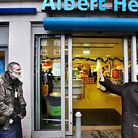 Nederland, Amsterdam , 22 december 2011..Dakloze Willem ten Cate staat iedere dag voor de Albert Heijn in de Rijnstraat de daklozekrant te verkopen en een praatje te maken met de buurtbewoners...Foto:Jean-Pierre Jans