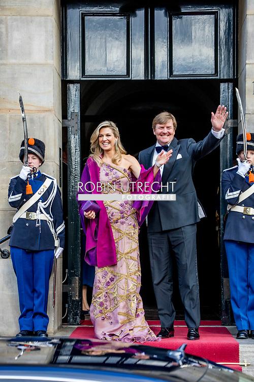 28-4-2017 AMSTERDAM - groepsfoto Koning Willem-Alexander nodigt ter gelegenheid van zijn 50ste verjaardag 150 Nederlanders uit voor een feestelijk diner op vrijdagavond 28 april 2017 op het Koninklijk Paleis Amsterdam. Na het diner wordt het Paleis 50 uur onafgebroken opengesteld voor het publiek. Hare Majesteit Koningin Maxima is ook aanwezig tijdens de avond. Koning 50 jaar: diner en openstelling Koninklijk Paleis Amsterdam. COPYRIGHT ROBIN UTRECHT<br /> <br /> 28-4-2017 AMSTERDAM - King Willem-Alexander invites 150 Dutchmen for a festive dinner on Friday evening 28 April 2017 at the Royal Palace Amsterdam. After dinner, the Palace will be open to the public for 50 hours uninterruptedly. Her Majesty Queen Maxima is also present during the evening. King 50 years: dinner and opening Royal Palace Amsterdam. COPYRIGHT ROBIN UTRECHT