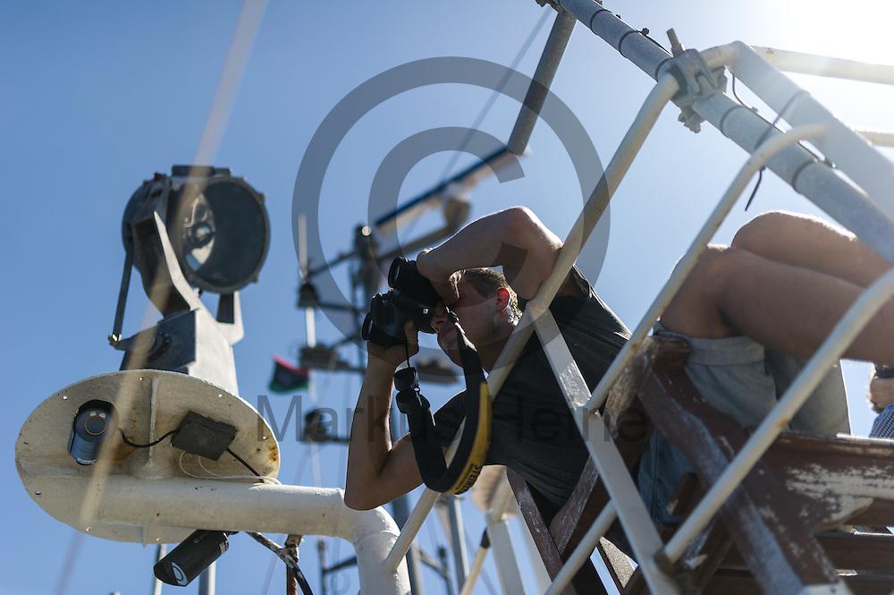Der Deckhand Oscar Schaible haelt am 22.09.2016 auf dem Fluechtlingsrettungsboot Sea-Watch 2 in internationalen Gewaessern vor der libyschen Kueste Ausschau nach Booten mit Fluechtlingen die von der ibyschen Kueste starten. Foto: Markus Heine / heineimaging<br /> <br /> ------------------------------<br /> <br /> Veroeffentlichung nur mit Fotografennennung, sowie gegen Honorar und Belegexemplar.<br /> <br /> Publication only with photographers nomination and against payment and specimen copy.<br /> <br /> Bankverbindung:<br /> IBAN: DE65660908000004437497<br /> BIC CODE: GENODE61BBB<br /> Badische Beamten Bank Karlsruhe<br /> <br /> USt-IdNr: DE291853306<br /> <br /> Please note:<br /> All rights reserved! Don't publish without copyright!<br /> <br /> Stand: 09.2016<br /> <br /> ------------------------------