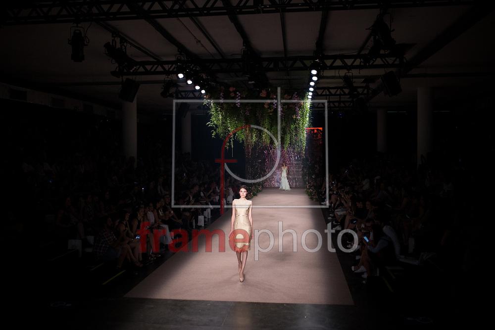 São Paulo - 21/10/2015 - Modelos desfilam criações da grife 'Samuel Cirnansck' durante o quarto dia do São Paulo Fashion Week, edição Inverno 2016, no Parque do Ibirapuera, zona sul da capital Paulista, nessa quarta-feira, dia 21. Foto: Tiago Mazza/FramePhoto