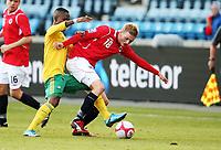 Fotball ,  10. oktober 2009 ,  privatkamp , Norge - Sør-Afrika<br /> <br /> Norway - South-Africa 1-0<br /> <br /> Erik Huseklepp , Norge og Teko Modise , Sør-Afrika