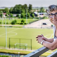 Nederland, Weesp, 17 mei 2017.<br />Oud-scheidsrechter en KNHB-collega Yolande Brada heeft vandaag in haar woonplaats Amsterdam, uit handen van burgemeester Van der Laan, een Koninklijke Onderscheiding ontvangen voor haar tomeloze inzet voor de arbitrage binnen de hockeysport, en daarbuiten. Zij werd benoemd tot Officier in de Orde van Oranje Nassau.<br /><br /><br />Foto: Jean-Pierre Jans