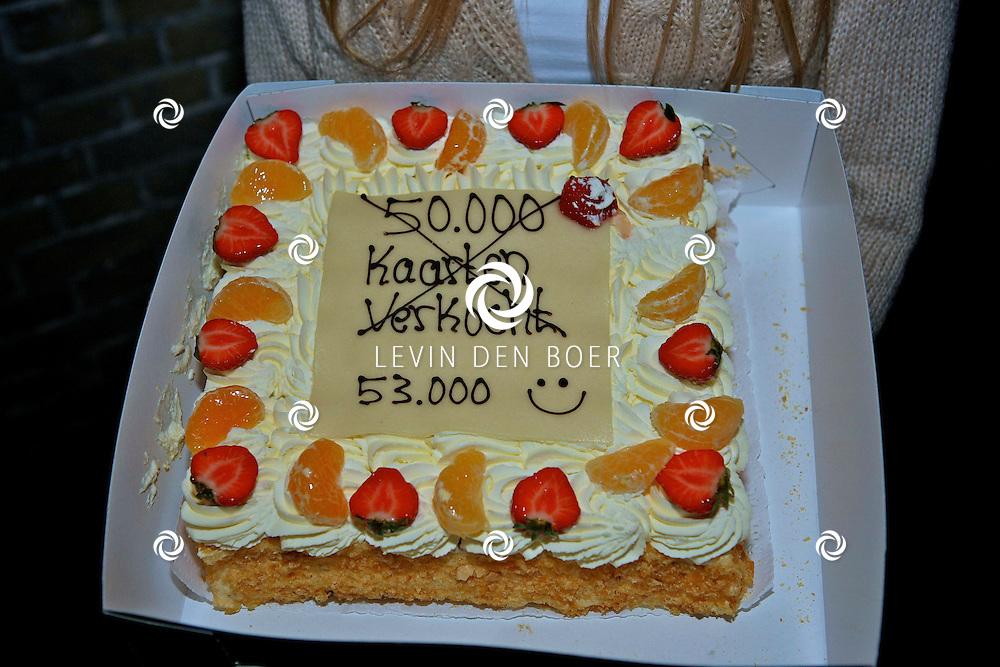 DEN BOSCH - In de top van de Sint Jan s Kathedraal werd er een taart overhandigd aan de cast van Daddy Cool voor de verkoop van over de 50.000 kaartjes.  Met op de foto de taart voor Daddy Cool. FOTO LEVIN DEN BOER - PERSFOTO.NU