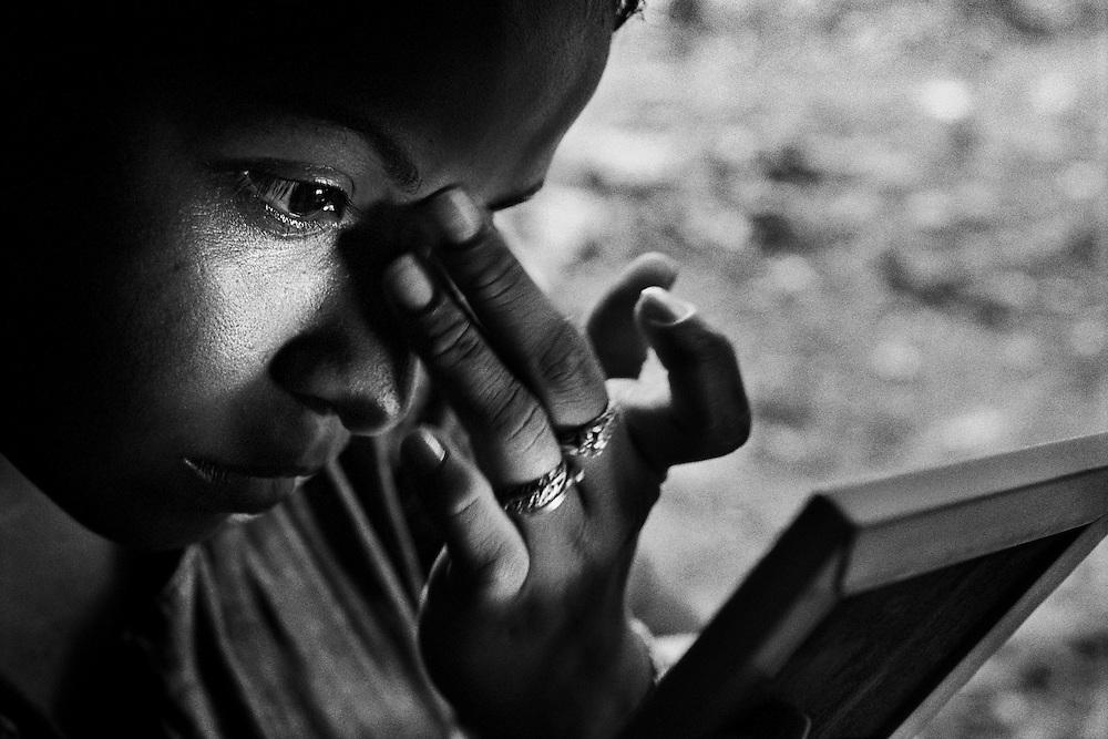 French guiana, appprouague.<br /> <br /> Concession miniere, &quot;garota de programa&quot;.<br /> L'economie de nombreuses colonies de l'amazonie bresilienne depend de l'activite aurifere et de ses metiers derives. Pendant que les hommes partent faire les garimpeiros sur les chantiers guyanais, les femmes viennet tenter leur chance en foret.<br /> Elles font la tournee des sites miniers legaux ou clandestins pour rejoindre des clients qu'elles accompagnent quelques jours, en fonction de la production d'or.