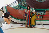 Mongolie, province de Tov, monument en honneur de Gengis Khan, touristes mongols // Mongolia, Tov province, Gengis Khan monument, local tourist
