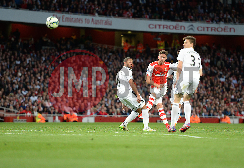 Arsenal's Olivier Giroud fries his shot over the bar. - Photo mandatory by-line: Alex James/JMP - Mobile: 07966 386802 - 11/05/2015 - SPORT - Football - London - Emirates Stadium - Arsenal v Swansea City - Barclays Premier League