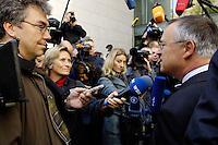 13 OCT 2005, BERLIN/GERMANY:<br /> Hans Eichel, SPD, scheidender Bundesfinanzminister, gibt Journalisten ein kurzes Statement, vor Beginn der Sitzung des SPD Praesidiums, vor dem Willy-Brandt-Haus<br /> IMAGE: 20051013-01-001<br /> KEYWORDS: Mikrofon, microphone, Journalist