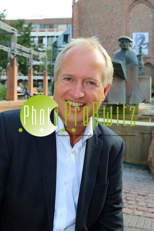 Ludwigshafen. 25.08.17 | Dr. Peter Uebel.<br /> Innenstadt. Lutherplatz. Kandidat der CDU zur Oberb&uuml;rgermeisterwahl in Ludwigshafen Dr. Peter Uebel.<br /> <br /> <br /> BILD- ID 1007 |<br /> Bild: Markus Prosswitz 25AUG17 / masterpress (Bild ist honorarpflichtig - No Model Release!)