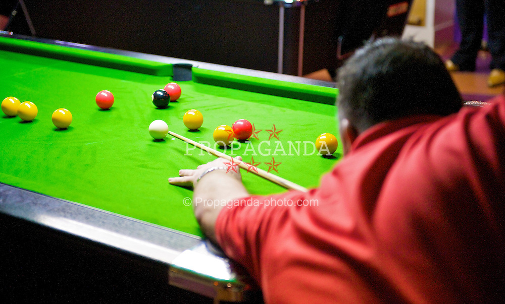 LIVERPOOL, ENGLAND - Saturday, February 21, 2009: Kevin Isaac of Cwm Waun Rejects takes a shot during the close 7-6 semi-final match during the Hainsworth Cue Sports Cloth £10,000 4 Person Tournament at Rileys Grand Central Liverpool. (Photo by David Rawcliffe/Propaganda)