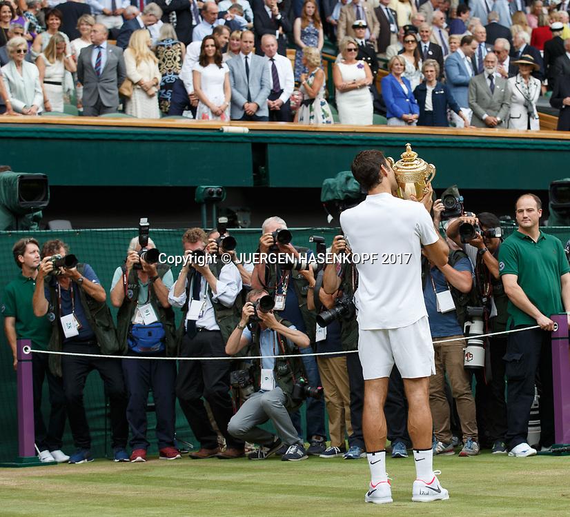 Sieger ROGER FEDERER (SUI) mit dem Pokal vor den Fotografenund der Royal Box,Ehrenloge,,Siegerehrung,Praesentation, Endspiel, Final<br /> <br /> Tennis - Wimbledon 2016 - Grand Slam ITF / ATP / WTA -  AELTC - London -  - Great Britain  - 16 July 2017.