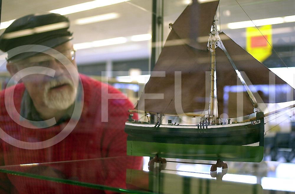 060121, dalfsen, ned,<br /> Wilco Vroom modelbouwer heeft een aantal van zijn scheepsmodellen tentoongesteld in de bibliotheek in Dalfsen,<br /> fotografie frank uijlenbroek&copy;2006 michiel van de velde