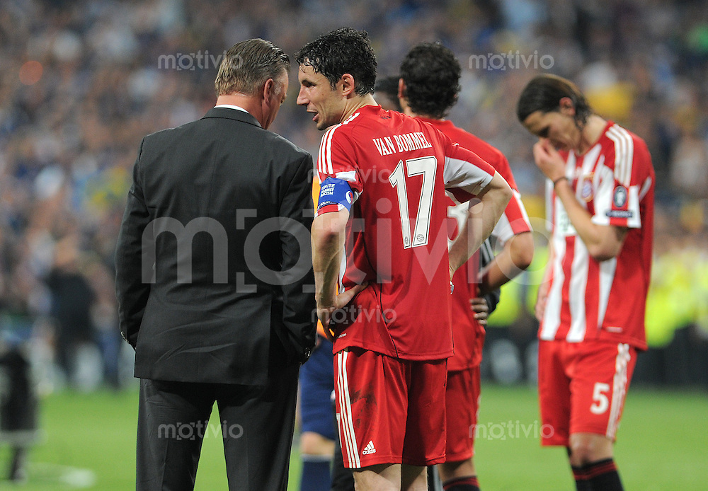 FUSSBALL      CHAMPIONSLEAGUE FINALE       SAISON 2009/2010 FC Bayern Muenchen - Inter Mailand    22.05.2010 ENTTAEUSCHUNG Trainer Louis van Gaal (li, FCB) mit Mark van Bommel (re, FCB)