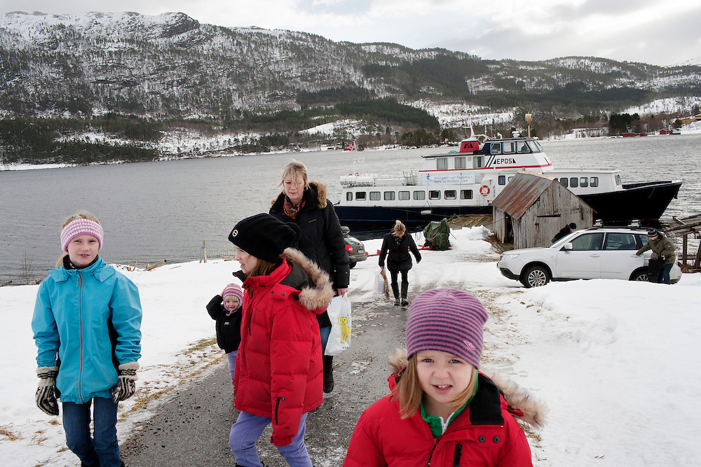 The library boat visits Torjulvagen. Children and parents walking home...Photo by Knut Egil Wang /MOMENT