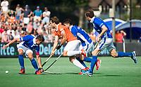 BLOEMENDAAL  - Manu Stockbroekx (Bldaal) met Sander de Wijn (Kampong)   tijdens de   EHL finale  Kampong-Bloemendaal  (2-8) ..  COPYRIGHT  KOEN SUYK
