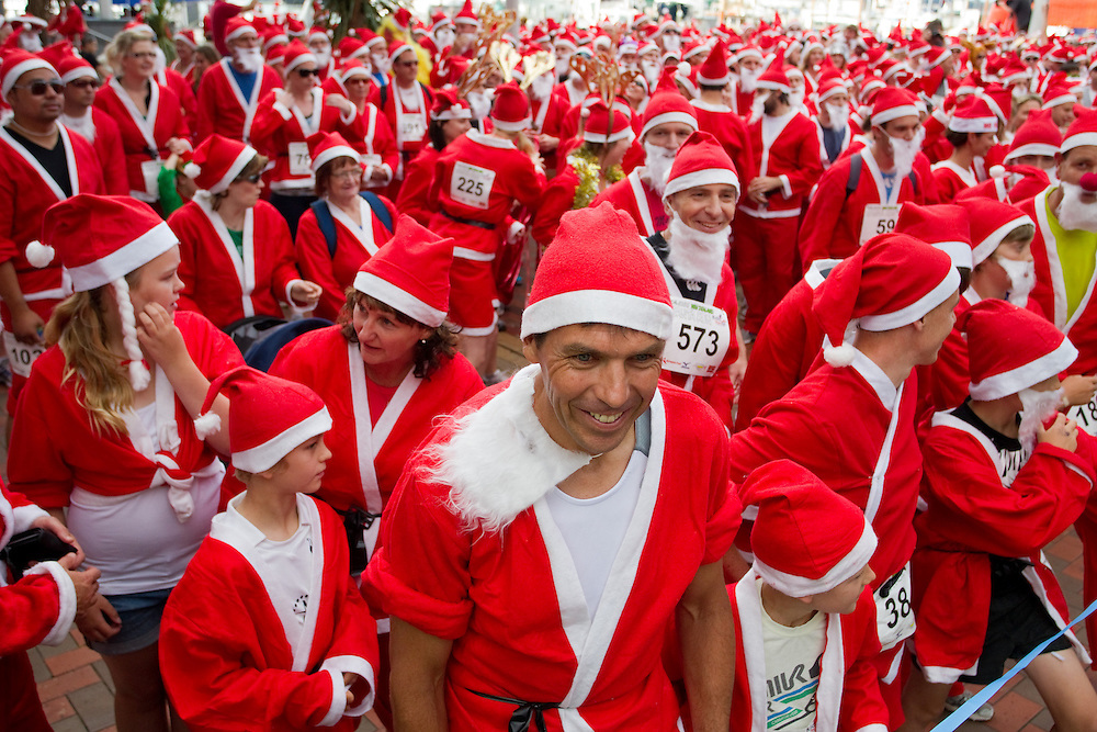 The KidsCan Great New Zealand Santa Run with over 850 participants dressed in santa suits running 2-3km for charity, Auckland, New Zealand, Wednesday, December 07, 2011. Credit:SNPA / David Rowland