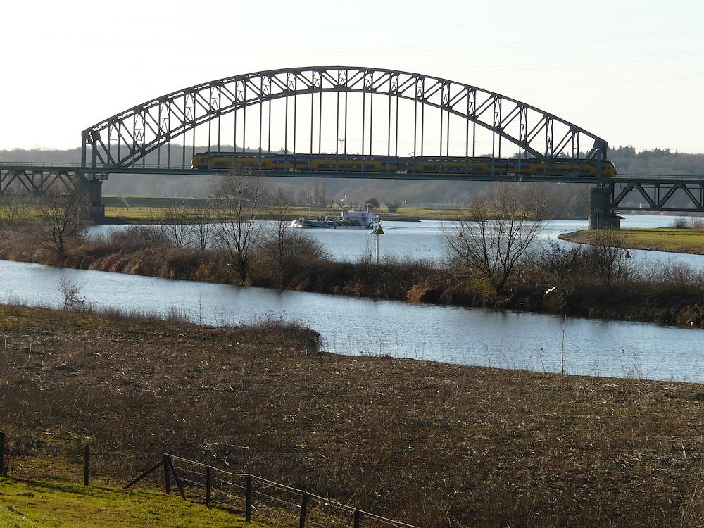 EN&gt; A train crossing the bridge over the river Rhine near Arnhem  <br /> SP&gt; Un tren cruza el puente sobre el r&iacute;o Rin cerca de Arnhem