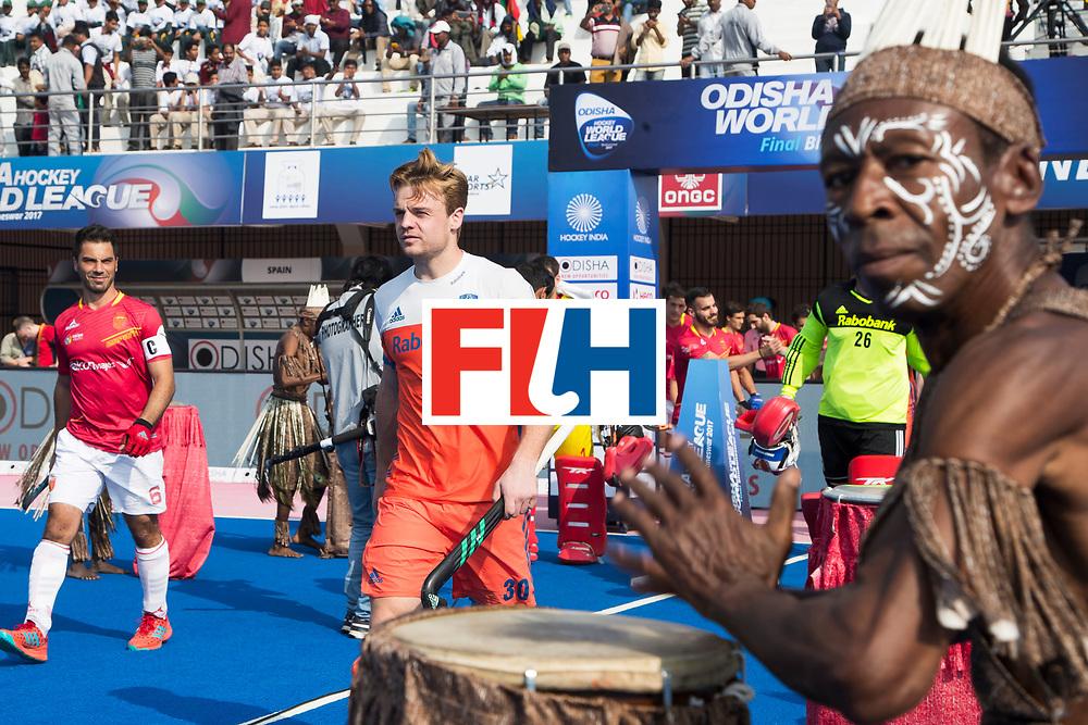 BHUBANESWAR - Aanvoerders Mink van der Weerden (Ned) en Miguel Delas (Esp) betreden het veld  tijdens de Hockey World League Final wedstrijd Nederland-Spanje . COPYRIGHT  KOEN SUYK