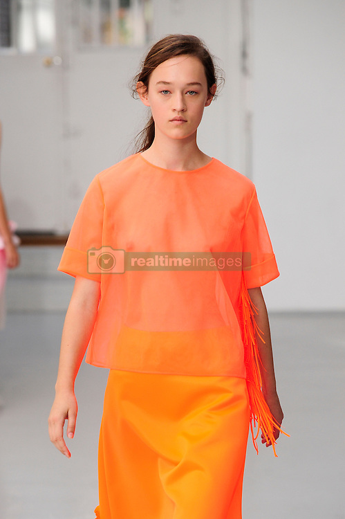 September 28, 2016 - Paris, FRANCE - Paskal.MODEL ON CATWALK, WOMAN WOMEN, PARIS FASHION WEEK 2017 READY TO WEAR FOR SPRING SUMMER, DEFILE, FASHION SHOW RUNWAY COLLECTION, PRET A PORTER, MODELWEAR, MODESCHAU LAUFSTEG FRUEHJAHR SOMMER .PARSS17 (Credit Image: © PPS via ZUMA Wire)