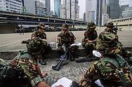 Hong Kong. Royal   regiment -  (volunteers)      / Dans la caserne du - Royal  volunteers régiment -  avant sa destruction. (armée de volontaires). Des femmes soldats nettoient leur arme après l'exercice.  / R00057/27    L940319a  /  P0000277