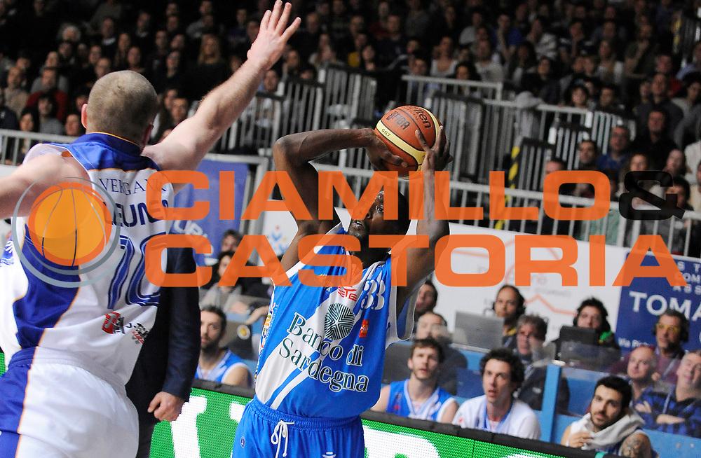 DESCRIZIONE : Cantu' Campionato Lega A 2013-14 Acqua Vitasnella Cantu' Banco di Sardegna Sassari <br /> GIOCATORE : Omar Thomas <br /> SQUADRA : Banco di Sardegna Sassari<br /> EVENTO : Campionato Lega A 2013-14<br /> GARA :  Acqua Vitasnella Cantu' Banco di Sardegna Sassari<br /> DATA : 26/01/2014<br /> CATEGORIA :  Tiro Three Points<br /> SPORT : Pallacanestro<br /> AUTORE : Agenzia Ciamillo-Castoria/A.Giberti<br /> Galleria : Campionato Lega Basket A 2013-14<br /> Fotonotizia : Acqua Vitasnella Cantu' Banco di Sardegna Sassari<br /> Predefinita :
