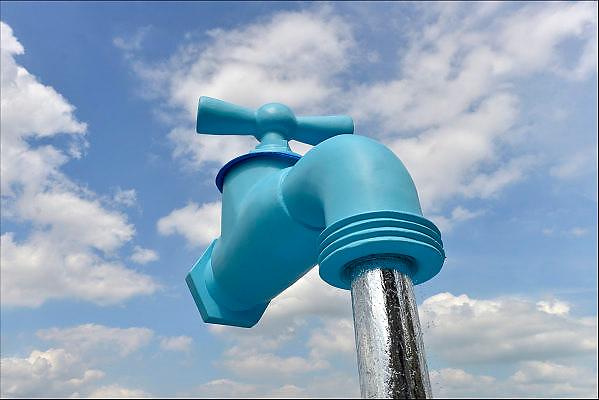 Nederland, The Netherlands, Nijmegen, 22-7-2015Waterbedijf Vitens heeft een grote kraan, waterkraan, langs de route van de vierdaagse. Onderdeel van een publiciteitscampagne om overal kraanwater beschikbaar te maken. Het is een visueel grapje. De kraan steunt op een metalen koker die eruit ziet als een waterstraal. Het lijkt alsof hij zweeft in de ruimte.Watertap, free water,drinkingwater,drinkableFOTO: FLIP FRANSSEN/ HOLLANDSE HOOGTE