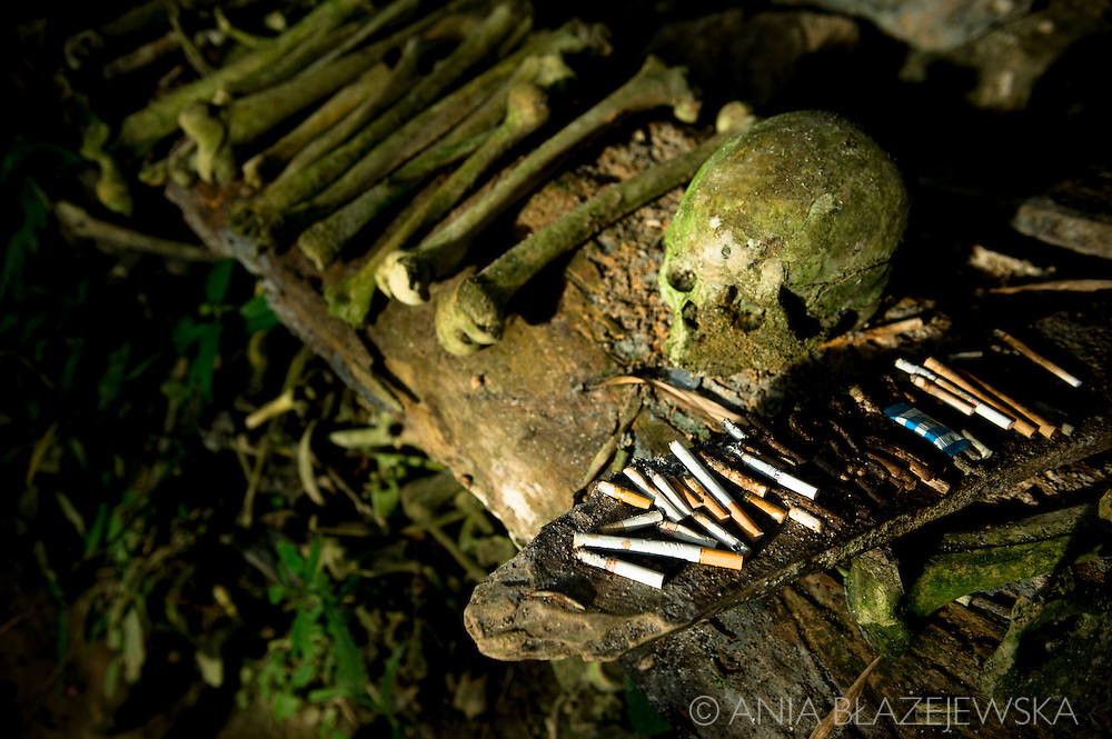 Indonesia, Sulawesi, Tana Toraja. Burial site near Ke'te Kesu.<br />