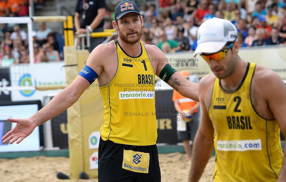 20-07-2014 NED: FIVB Grand Slam Beach Volleybal, Scheveningen<br /> Alison Cerutti (1) en Bruno Oscar Schmidt (2) BRA