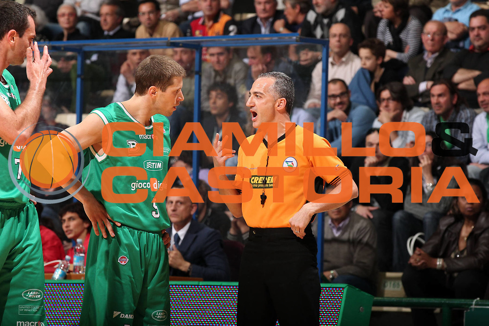 DESCRIZIONE : Siena Lega A 2009-10 Playoff Quarti di Finale Gara 1 Montepaschi Siena Benetton Treviso<br /> GIOCATORE : Carmelo Paternic&ograve; Davor Kus<br /> SQUADRA : AIAP Benetton Treviso<br /> EVENTO : Campionato Lega A 2009-2010 <br /> GARA : Montepaschi Siena Benetton Treviso<br /> DATA : 20/05/2010<br /> CATEGORIA : ritratto arbitro referees<br /> SPORT : Pallacanestro <br /> AUTORE : Agenzia Ciamillo-Castoria/ElioCastoria<br /> Galleria : Lega Basket A 2009-2010 <br /> Fotonotizia : Siena Lega A 2009-10 Playoff Quarti di Finale Gara 1 Montepaschi Siena Benetton Treviso<br /> Predefinita :