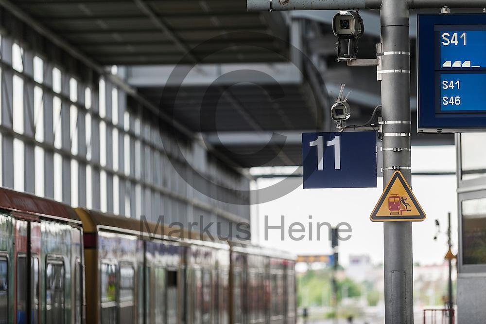 Eine Überwachungskamera hängt während der PK Videotechnik für 100 Berliner Bahnhöfe am 11.05.2016 in Berlin, Deutschland im Bahnhof Südkreuz. Um die subjektive und objektive Sicherheit in den Bahnhöfen zu verbessern, investiert die Bahn in den Ausbau der Videotechnik auf den Berliner Bahnhöfen. Foto: Markus Heine / heineimagingwährend der PK Videotechnik für 100 Berliner Bahnhöfe am 11.05.2016 in Berlin, Deutschland. Um die subjektive und objektive Sicherheit in den Bahnhöfen zu verbessern, investiert die Bahn in den Ausbau der Videotechnik auf den Berliner Bahnhöfen. Foto: Markus Heine / heineimaging