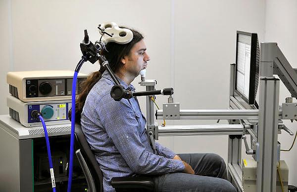 Nederland, Nijmegen, 1-11-2011Onderzoek op hersenen in het FC Donders instituut van de Radboud Universiteit. TMS, transcraniele magnetische stimulatie, is een techniek die het mogelijk maakt om veilig en pijnloos een kleine elektrische stroom op te wekken in de hersenen.In de kliniek wordt TMS gebruikt als diagnostisch hulpmiddel. Het verschaft inzicht in het functioneren van de gestimuleerde zenuwbanen . In de cognitieve neurowetenschappen is TMS een belangrijke techniek omdat ermee kan worden aangetoond welke hersengebieden cruciaal zijn voor bepaalde functies, denk aan geheugen, taal, motoriek.Foto: Flip Franssen