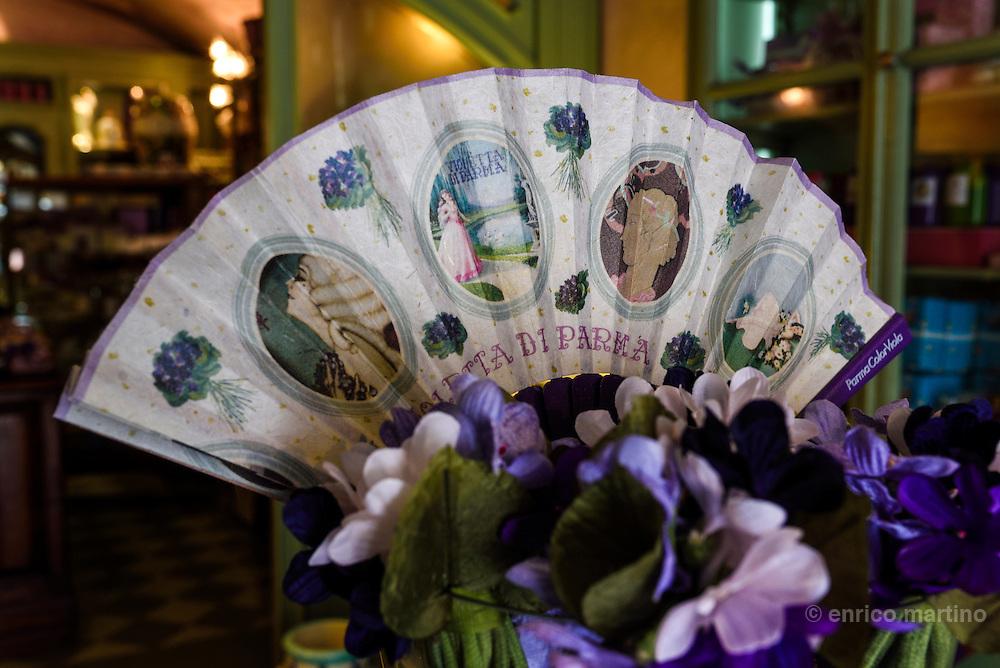 Parma. Lo storico negozio punto vendita di Parma Color Viola, erede dell'azienda Borsari. Motivi e immagini legate alla Violetta di Parma.