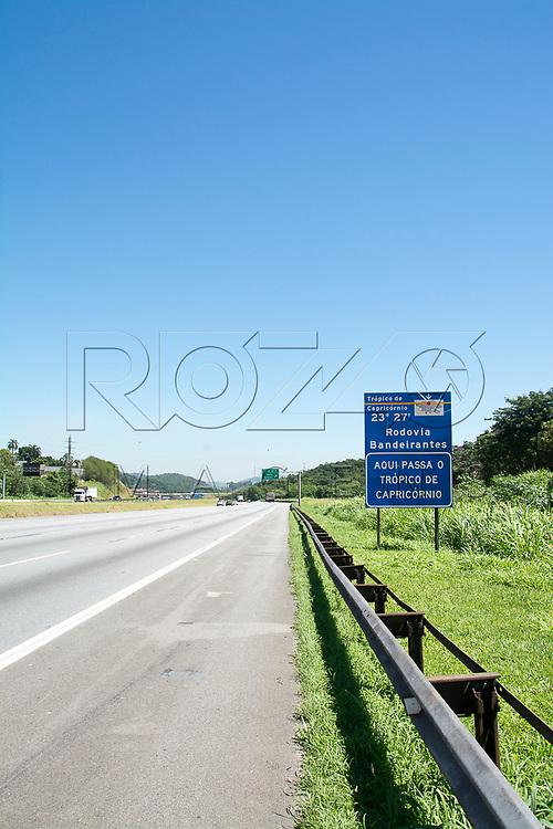 Placa indicando passagem do Trópico de Capricórnio na Rodovia dos Bandeirantes, São Paulo - SP, 12/2016.