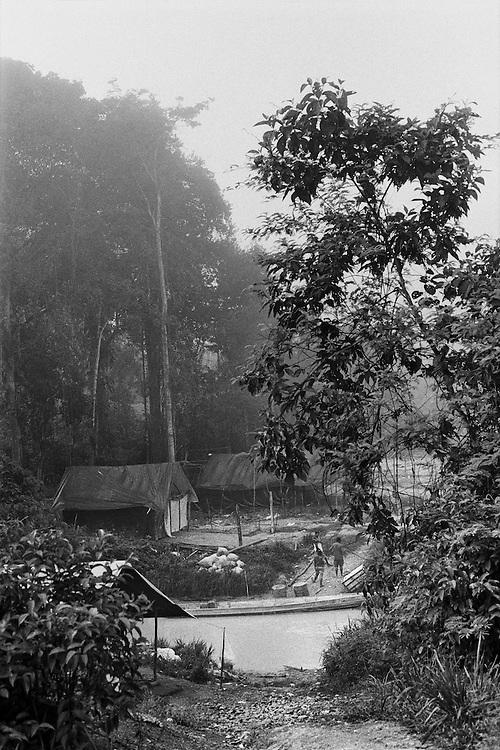 Fernch guiana, ipoussing, approuague.<br /> <br /> Zone d'orpaillage clandestine situee au bord de l'Approuague. Les pirogues bresiliennes assurent le ravitaillement de marchandises et des hommes depuis la frontiere guyanaise.