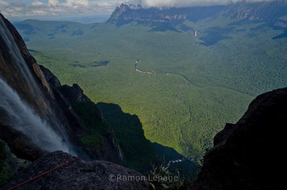 """AUYANTEPUY, VENEZUELA. Vista del ''Cañon del Diablo'' y el Salto Angel o conocido por lengua indígena Pemon como """"Kerepacupai Vena; es la caída de agua más grande del mundo con sus 979 metros de altura.  El Auyantepuy es el mayor de los tepuis del Parque Nacional Canaima con  sus 700 kms2. (Ramon lepage /Orinoquiaphoto/LatinContent/Getty Images)"""