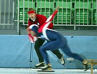 Skøyter, 2. november 2002Norgescup med verdenscup-uttak. Vikingskipet-Hamar. Norges nye landslagstrener, Jan De Kok, og en uskarp Eskil Ervik, Norge.