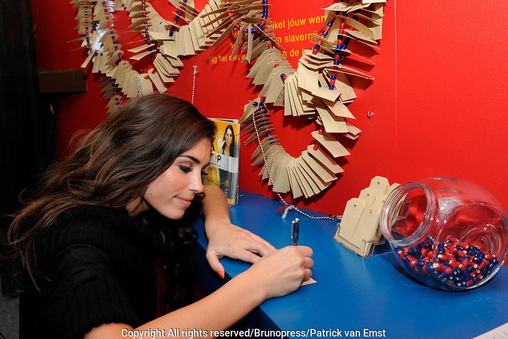 Presentatie Stichting Stop Kindermisbruik en opening tentoonstelling bij stichting NiNsee, Amsterdam.<br /> <br /> Op de foto:<br /> <br />  Yolanthe Cabau van Kasbergen