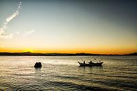 Barco de pesca na Baía Norte ao por do sol. Florianópolis, Santa Catarina, Brasil. / Fishing boat in North Bay at sunset. Florianopolis, Santa Catarina, Brazil.