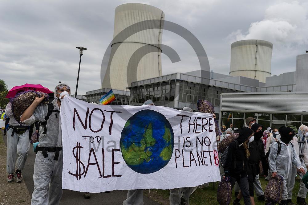 &quot;No For Sale There is no Planet B&quot; steht am 14.05.2016 bei Spremberg, Deutschland auf dem Transparent von Aktivisten die das Kraftwerk Schwarze Pumpe gest&uuml;rmt haben. Mehrere Hundert Aktivisten haben das Braunkohlekraftwerk Schwarze Pumpe gest&uuml;rmt und den Betrieb gest&ouml;rt. Ca 60 Aktivsten wurden von der Polizei Festgenommen. Foto: Markus Heine / heineimaging<br /> <br /> ------------------------------<br /> <br /> Ver&ouml;ffentlichung nur mit Fotografennennung, sowie gegen Honorar und Belegexemplar.<br /> <br /> Bankverbindung:<br /> IBAN: DE65660908000004437497<br /> BIC CODE: GENODE61BBB<br /> Badische Beamten Bank Karlsruhe<br /> <br /> USt-IdNr: DE291853306<br /> <br /> Please note:<br /> All rights reserved! Don't publish without copyright!<br /> <br /> Stand: 05.2016<br /> <br /> ------------------------------ am 14.05.2016 bei Spremberg, Deutschland. Mehrere Hundert Aktivisten haben das Braunkohlekraftwerk Schwarze Pumpe gest&uuml;rmt und den Betrieb gest&ouml;rt. Ca 60 Aktivsten wurden von der Polizei Festgenommen. Foto: Markus Heine / heineimaging<br /> <br /> ------------------------------<br /> <br /> Ver&ouml;ffentlichung nur mit Fotografennennung, sowie gegen Honorar und Belegexemplar.<br /> <br /> Bankverbindung:<br /> IBAN: DE65660908000004437497<br /> BIC CODE: GENODE61BBB<br /> Badische Beamten Bank Karlsruhe<br /> <br /> USt-IdNr: DE291853306<br /> <br /> Please note:<br /> All rights reserved! Don't publish without copyright!<br /> <br /> Stand: 05.2016<br /> <br /> ------------------------------